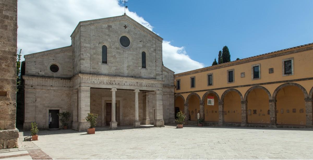 Der Duomo - die Concattedrale di San Secondiano mit dem (verdecktem) Campanile auf der Piazza Duomo