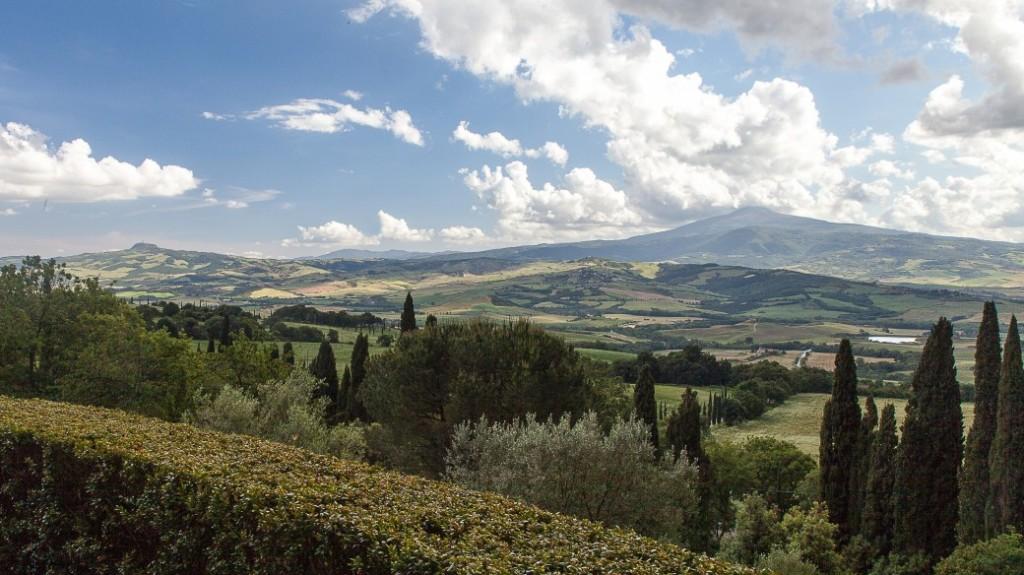 Blick von La Foce auf Radicofani und den Monte Amiata